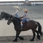 Eine Reiterin macht eine amüsante Einzelvorführung zu Pferd.