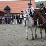 Zwei als Piraten verkleidete Reiterinnen führen einen Pas de Deux vor.