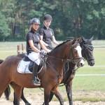 Die beiden Reiterinnen des Pas de Deux im Psringen reiten ein.